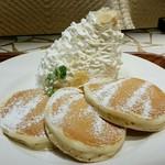 62826339 - ホイップクリームパンケーキ