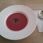 プティ・ポワ - ランチセットのスープ。ビーツの綺麗なピンク色のスープでした。