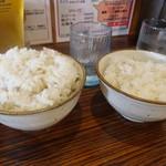 62830136 - ランチタイムはもち麦入りご飯無料です(左は大盛り)