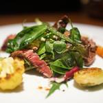 ドディチ・マッジョ - イチボのステーキ、ルッコラ、ベビーリーフのサラダ仕立