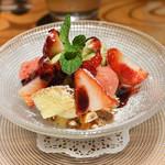 62830962 - 苺のショートケーキ、木の芽ジェラート添え