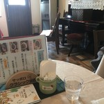 晩ごはんの店 ドマーニ食堂 - 店内にはピアノあり
