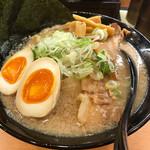 肉麺 金の豚 - 特製醤油豚骨 950円