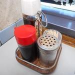 海員生協大桟橋立ち食いコーナー - 卓上の調味料