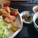 キッチン食堂 城山 - カキフライ定食。逆から。ご飯から食べてるみたいです。