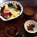 まぐろ海鮮 岡田 - 料理写真:日替わり海鮮丼680円(税抜)
