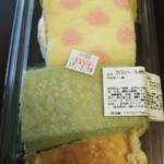 62848729 - (2017年2月 訪問)スイーツ弁当、4種で480円。この日はバナナクレープ、苺のロールケーキ、抹茶ケーキ、チーズケーキのセットに。
