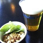 62852519 - ビール&ナッツ