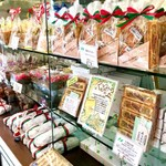ニコラス洋菓子店 - 12月に伺った時の焼き菓子のコーナー。焼き菓子も豊富でクオリティは高いです。