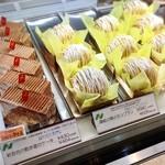 ニコラス洋菓子店 - 12月に伺った時のショーケースの模様。讃岐の栗のモンブラン、食べたかったなぁ…。