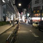 62856110 - 駅前通りの交差点(ハローワークから錦糸町駅へ向かって)から望むと、谷記のもう一本先の三叉路の角が、海賊さん