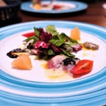 トラットリアビコローレヨコハマ - 平塚産サバのカルパッチョ タマネギのドレッシング グレープフルーツのサラダ添え