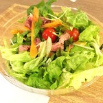 トス サラダ - ベースサラダ ラージ @690円 に追加トッピング5種 合計@1,040円のオリジナルサラダ トッピングはドレッシングに浸るように底に入っています。