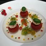 62881079 - トマト 爽やかな酸味のボンボン 透明なジュレとのハーモニー。