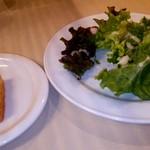 マジックレストラン&バーGIOIA 銀座 - 自家製フォカッチャとサラダ