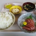 四日市港 第二船員会館 - 料理写真:刺身定食 800円(税込)ご飯(大盛り + 50円)、味噌汁、漬物、この日は別に1品が付きました。