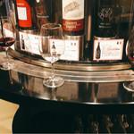 CAFE&STORE bebenoosouzai - ▲ワインサーバー前でで立ち飲み
