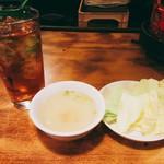 いくどん - 生キャベツと塩スープ、ウーロン茶は無料でおかわり自由。