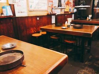 いくどん 町田駅前店 - 1階にはこんなテーブル席の他カウンター席。