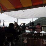 九份阿妹茶酒館 - この日も日が沈むにつれて客席はどんどん観光客が押しかけてました。  私達は6人でテラスを使わせていただいて此方でお茶を楽しみました。
