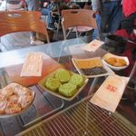 九份阿妹茶酒館 - 先ずは茶菓子が運ばれてきました、茶菓子は4種類で梅干し、落雁、ごま煎餅、お餅でした。