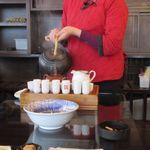 九份阿妹茶酒館 - お茶は最初店員さんが実演して飲み方を教えてくれました。