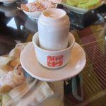 九份阿妹茶酒館 - 先ずお茶に小さな長いコップが蓋になって運ばれてきます。  長いコップをとって其処に湯気でしみ込んだお茶の香りを楽しみました。