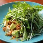 なるとキッチン - アボカドと塩豆腐のパクチーサラダ
