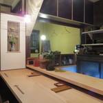 夕食とお酒 あまおと - 水屋箪笥(右青ガラス)とカウンター