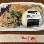 丸赤 - ワンコインの「おにぎり弁当」! 今日のおかずはイカフライ。 しば漬けと切り干し大根の煮物付き。 おにぎりはヒジキの混ぜご飯&鮭、美味です。
