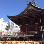 アンモナイト - 絵馬と梅に囲まれる湯島天神本堂