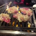 ホルモン・焼肉 キムチ - 牛タン もっと焼きましょう!