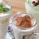 ROSIE'S CAFE - ソフトクリームをベースにフルーツやクッキーなどをブレンドした、たくさんのお客様に愛されているミルクシェイクです。トッピングソースを混ぜながら口の中で溶けるようなすっきりとしたソフトクリームの味わいをお楽しみください。