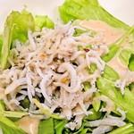 天晴水産 ぽっぽ家 - しらすのサラダ(丼とダブっている。それと、ドレッシングはいらないのでは?)