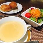 モンマルトル - スープとサラダとパン(3種類)