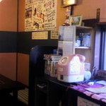 味楽 - 入口付近のピンクの電話。