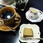 ギャラリー木影 - 料理写真:コーヒー(300円)、パウンドケーキ付き
