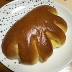 ベイク ルナ - クリームパン。もうちょっとクリーム入れてくれない?って思ってしまった(笑)