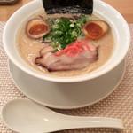 麺屋しんしん - 配膳ビジュアル。スープはマイルド(極端に言えば洋風っぽい)。麺は博多純系。なのでミスマッチ。