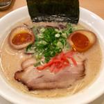 麺屋しんしん - 「しんしんラーメン」(730円)。クーポンで味玉追加。