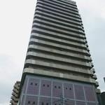 アジアンキッチン・ルークチン - このタワーマンションの1階にあります。