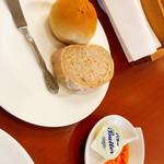レストランPiatto - ゴマのパンとライ麦のパン。(ドライトマトのオイル添え)