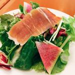 レストランPiatto - 紅芯大根、海藻などの入ったサラダ。生ハムのスライスも乗せてくれます。