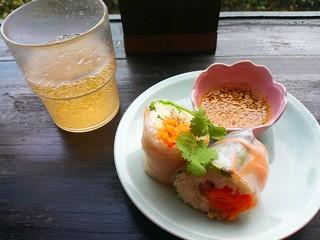 アジアンキッチン・ルークチン - ランチにつく生春巻とドリンクバーのジンジャーエール。
