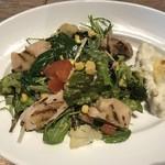 ブッシュウィック べーカリー&グリル - グリルチキンのサラダディッシュ