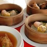 広東料理 シュウロン FS - ランチタイム限定の「飲茶セット」は只今、ローズポーク100%の特製肉まんがいただけます。アツアツをお召し上がりください。