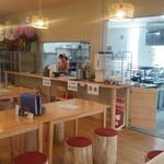 元祖 熊谷うどん 福福 - 店内は明るく清潔感に溢れ又、埼玉県産杉の丸太椅子がお出迎え致します。
