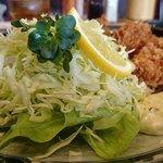 マンプク - 中華・和・洋定食 マンプク @豊洲 かきフライ定食のカキフライに添えられる千切りキャベツなどとタルタルソース