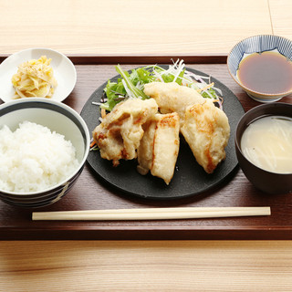 ランチは、こだわりの生鶏を使った定食とカリカリ焼きサラダ