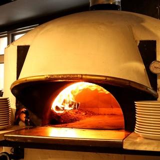 イタリア製の新窯で焼く本格ナポリピッツァ